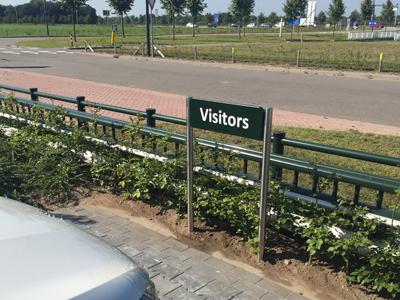 Visitors bewegwijzering met RVS staanders