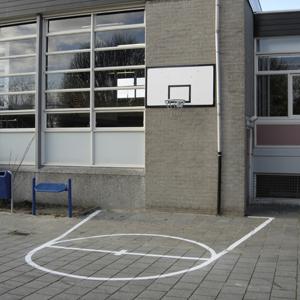 Belijning basketbalveld op schoolplein