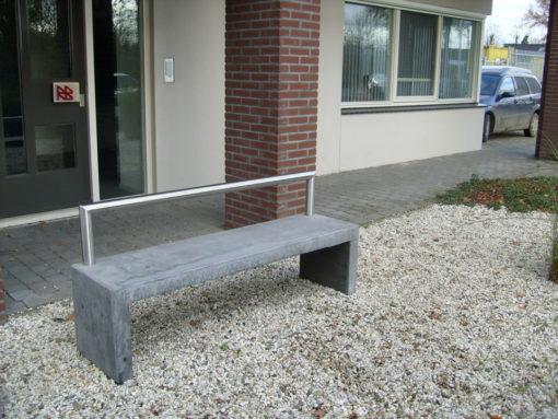 betonnen bank basic met RVS beugel