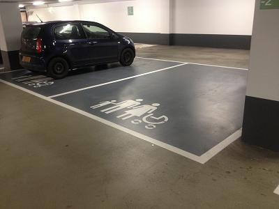 Gezinsparkeerplaats wegmarkeringen