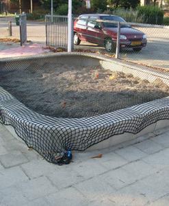 zandbak vierkant beton met zandbaknet