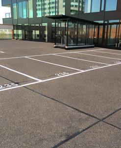 Wegmarkering cijfers op parkeerterrein