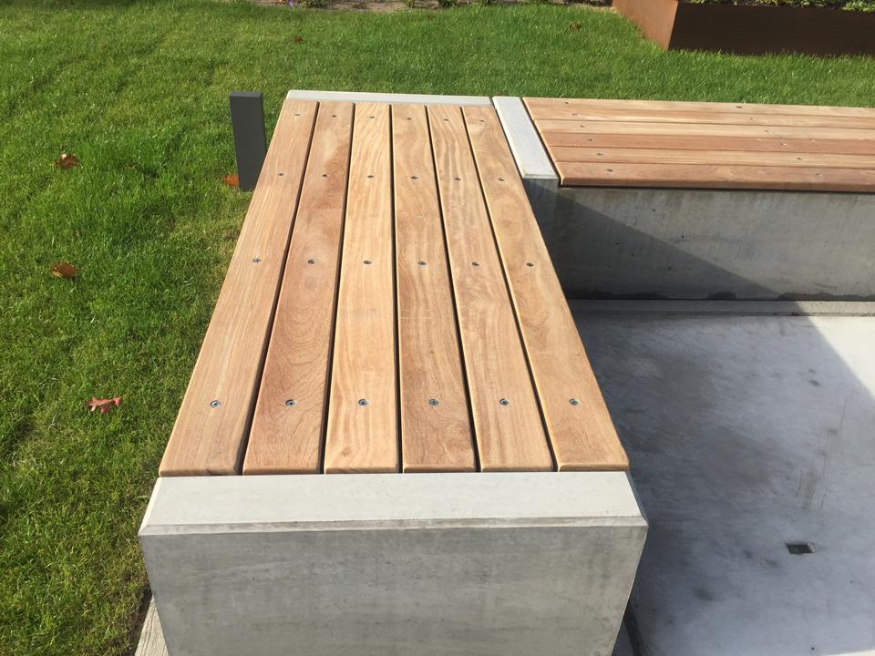Bank beton met houten zittingdelen