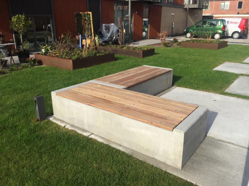 Bank beton met houten zitting