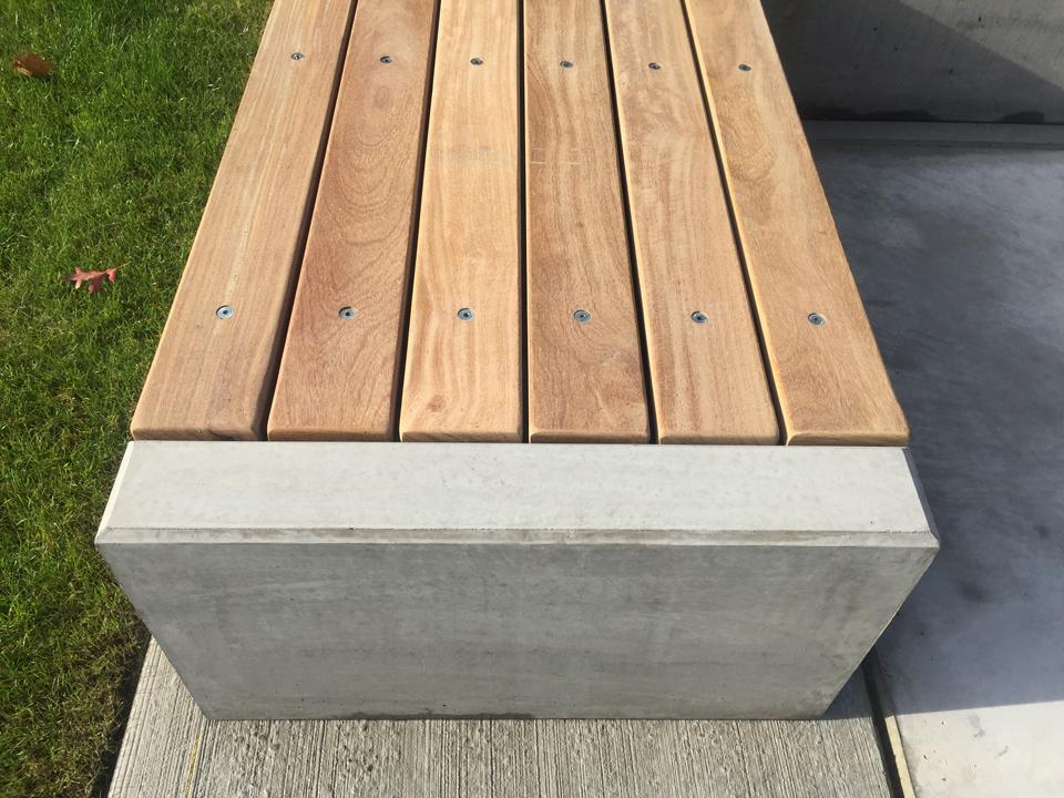 Bank beton met hout detailfoto