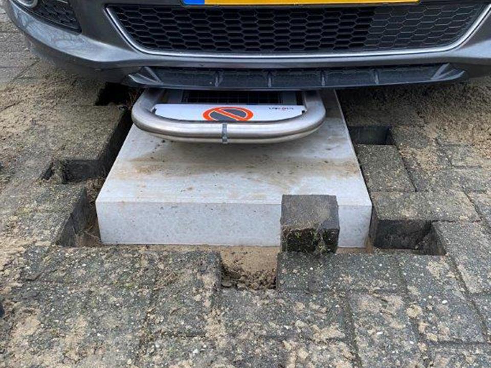 Parkeerbeugel op speciale betonplaat